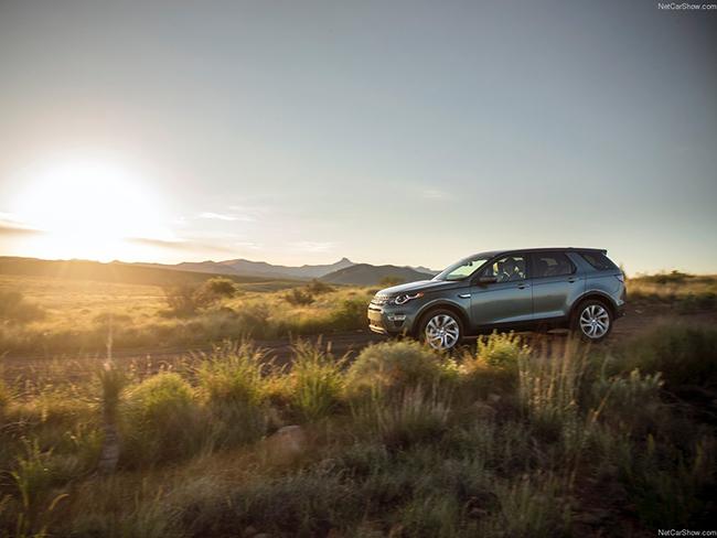 设计语言如揽胜极光一般前卫,路虎的全新中型SUV发现神行期待征服的不仅仅是泥泞的山间小路。宽大的车头配上炯炯有神的头灯,姿态矫健的发现神行呈现出一种大型猫科动物才拥有的跃跃欲试。传承自前辈神行者的C柱设计和精致的后尾灯是它显著的不同之处,打开车门,你会惊喜地发现这台车可以从容地装下7个人,老婆还会因为儿子、女儿、她爹、她娘出门坐不到一起而发愁吗?是时候让神行者2退役休息了。上路之后你会发现,揽胜极光上的2.