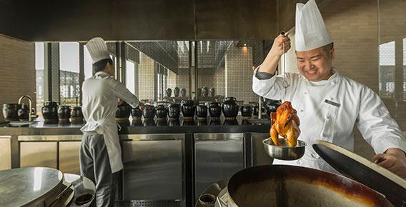 除夕夜当天,涵碧楼中餐厅还会推出包饺子大赛,可以家庭为单位参加,为