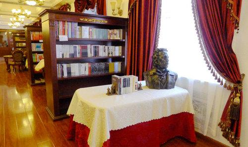 """书店""""普希金书店无论是从名字,装修还是装饰品,都洋溢着俄国复古气息."""
