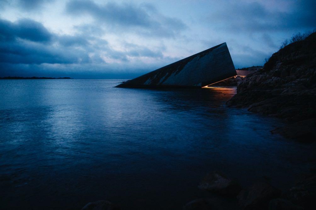 在挪威海岸线的水下餐厅吃饭,是一种什么样的体验?