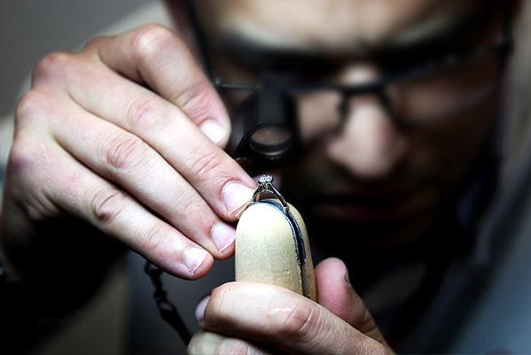 卡地亚珠宝工匠于卡地亚钻石系列珠宝展现场展示精湛工艺 值得一提的是,在展览期间,一位来自法国且拥有17年珠宝镶嵌经验的卡地亚珠宝工匠也将于现场展示精湛的钻石镶嵌工艺,呈现从固定、调整、剪切、塑形、抛光、清理到校对等一系列复杂步骤。镶嵌师面临的最大挑战,在于确保钻石之间不留任何空隙,从而不影响透光效果。卡地亚力求遮蔽金属部分,镶爪巧妙隐匿在钻石下,令珠宝在佩戴时舒适服帖,同时高耸的镶座设计能够最大程度展现钻石的耀眼光芒。 从卡地亚的圣殿巴黎和平街13号精品店开始,每一家卡地亚精品店都能令人感受到品牌