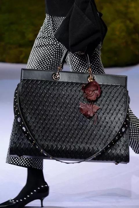 先来看看,今年秋冬很多品牌秀场上都出现了各式各样的大包包。
