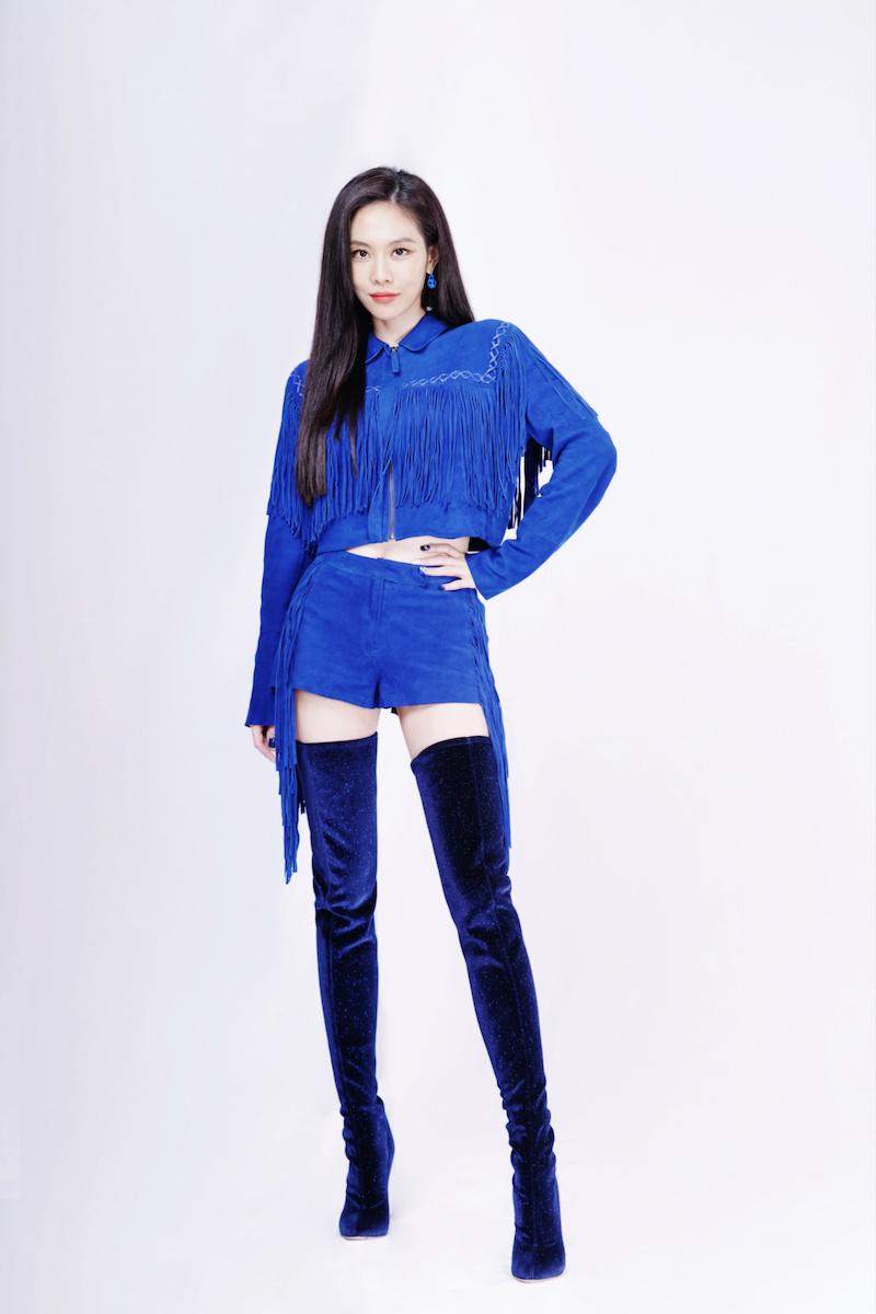 王霏霏身着珑骧(Longchamp)2019春夏宝石蓝流苏套装