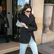 肯达尔·詹娜(Kendall Jenner)身背Longchamp LGP全新字母印花包袋现身巴黎,展现别致时髦的都市风格