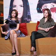张梓琳身着Maje 2014秋冬系列与周迅一同接受央视中国电影报道采访