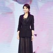 刘涛身着ERMANNO SCERVINO黑色西装蕾丝裙,刚柔并济演绎不一样的性感