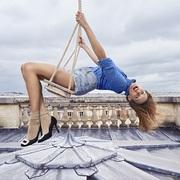 天空游乐场—— 摄影师Sonia Sieff与法国演员Ana Girardot合作呈现 Roger Vivier 2018春夏系列大片