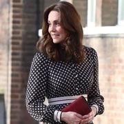 凯特王妃身着kate spade new york 2017假日系列波点裙亮相伦敦街头