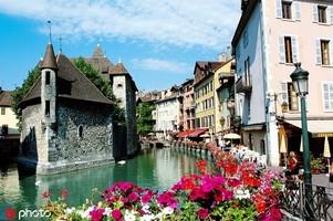 法國安納西湖 安納西湖位于阿爾卑斯山腳下,湖水來自阿爾卑斯的高山雪水和雨水,綿延15公里,被譽為全歐...