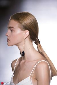 版权图片来源于东方ic  9.春夏穿吊带仙女裙就不要再披着头发了,梳个干净的低马尾或丸子头,用长形耳环...