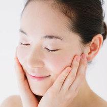 除了美白 维生素C还能帮你改善这些肌肤问题