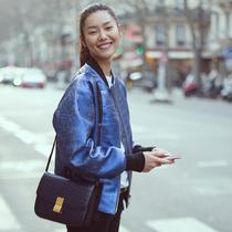 超模刘雯时装周街拍 包袋演绎时髦经典并存