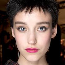 Armani Privé 秀场妆容 艳粉是新的大红