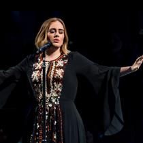 Adele 穿着 Chloé 定制礼裙献声格拉斯顿伯里音乐节