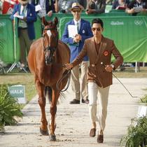 里约奥运中国参赛选手华天身着Gieves & Hawkes参加第三项场地障碍比赛