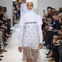 #Suzy巴黎时装周  闪烁控制:Paco Rabanne、Manish Arora与Carven