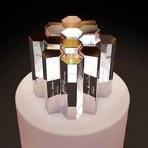 施华洛世奇独家联合设计大师Marc Newson呈现2016英国时尚大奖奖杯