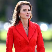 约旦王后 Rania Al-Abdullah身着Givenchy出席在桑赫斯特皇家军事学院举办的阅兵仪式
