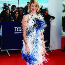 著名女星LAURA DERN身着CALVIN KLEIN BY APPOINTMENT亮相第43届多维尔美国电影节