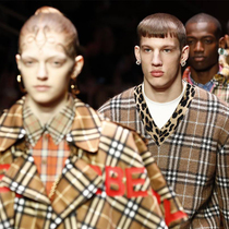 #SuzyLFW: Burberry: Two Locations And Four Fashion Sections-Suzy Menkes专栏