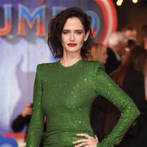 伊娃-格林綠衣紅唇出席《小飛象》首映 與粉絲親切合影互比臉小-我們愛電影
