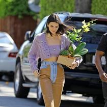 忽冷忽熱的天氣里 和Kendall一樣備一件針織衫吧-衣Q進階