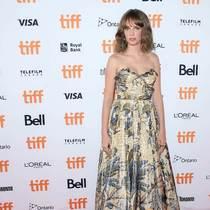 演员Maya Hawke身着迪奥二零二零早春成衣系列礼服裙出席二零一九年多伦多国际电影节,影片《HUMAN CAPITAL》首映典礼 -品牌新闻