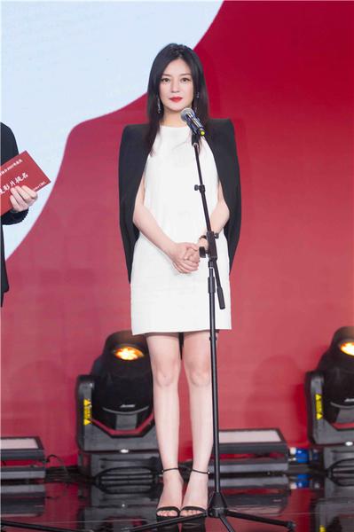 赵薇穿着stuart weitzman黑色sohot高跟凉鞋出席第9届中国电影导演