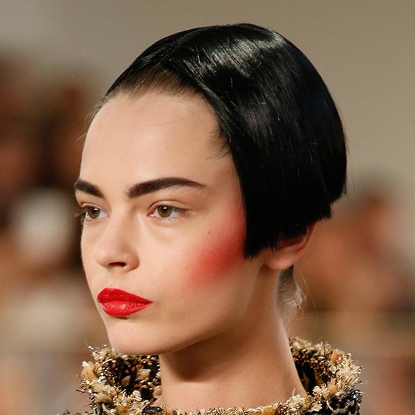 波波头、腮红和法式美甲 Chanel高定秀场给古典美带来了未来感