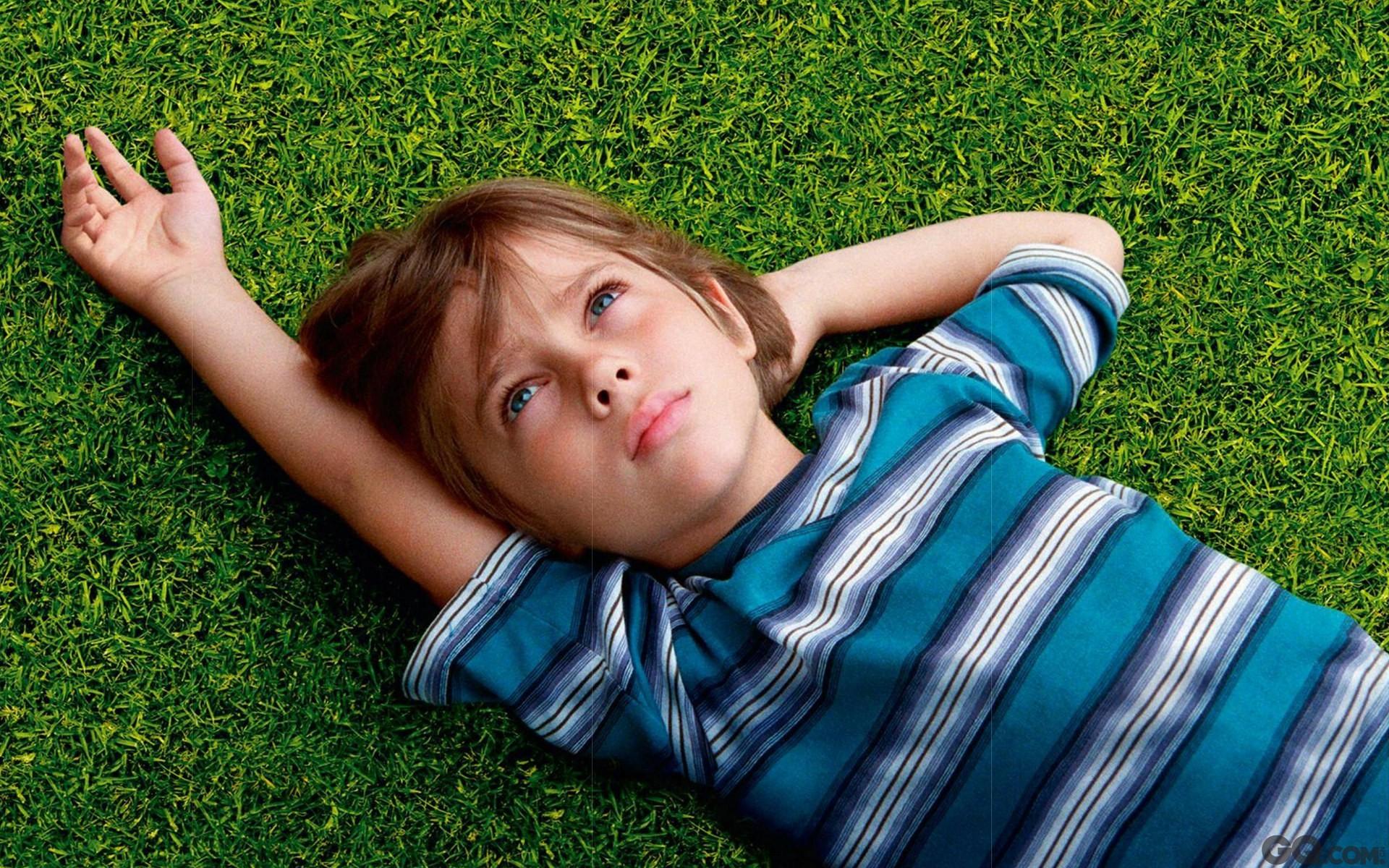 理查德-林克莱特(《爱在黎明破晓时》三部曲导演)用了12年时间,拍摄成这部名叫《少年时代》的电影,真实记录了一名男孩的成长过程。这样的执念恐怕在 整个影史里都算凤毛麟角。本届金球奖上,该片获剧情类最佳影片、导演、女配角奖,成为最大赢家。当那首能把人心瞬间融化掉的插曲《Hero》响起时,还真 是挺催泪的。