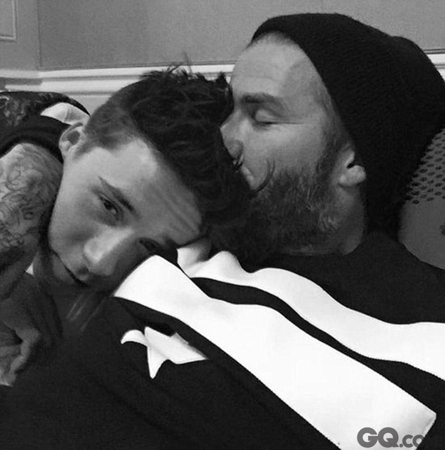 """据英国《每日邮报》报道,大卫-贝克汉姆的长子布鲁克林迎来了自己的16岁生日,小贝在自己的Facebook上晒出了他和儿子的一张黑白合影,照片中他甜蜜亲吻儿子的额头并留言写下:""""生日 快乐,我的大男孩。"""""""