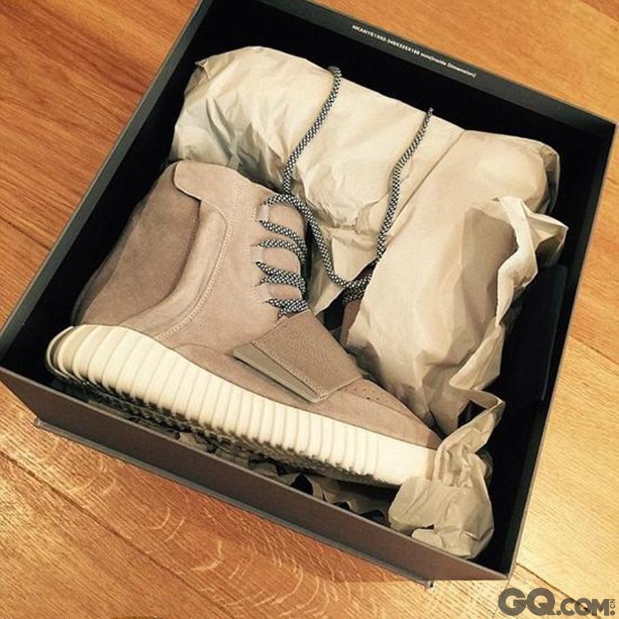 布鲁克林还收到了来自坎耶-韦斯特的礼物——一双运动鞋,为此他也开心地在Instagram上晒照。