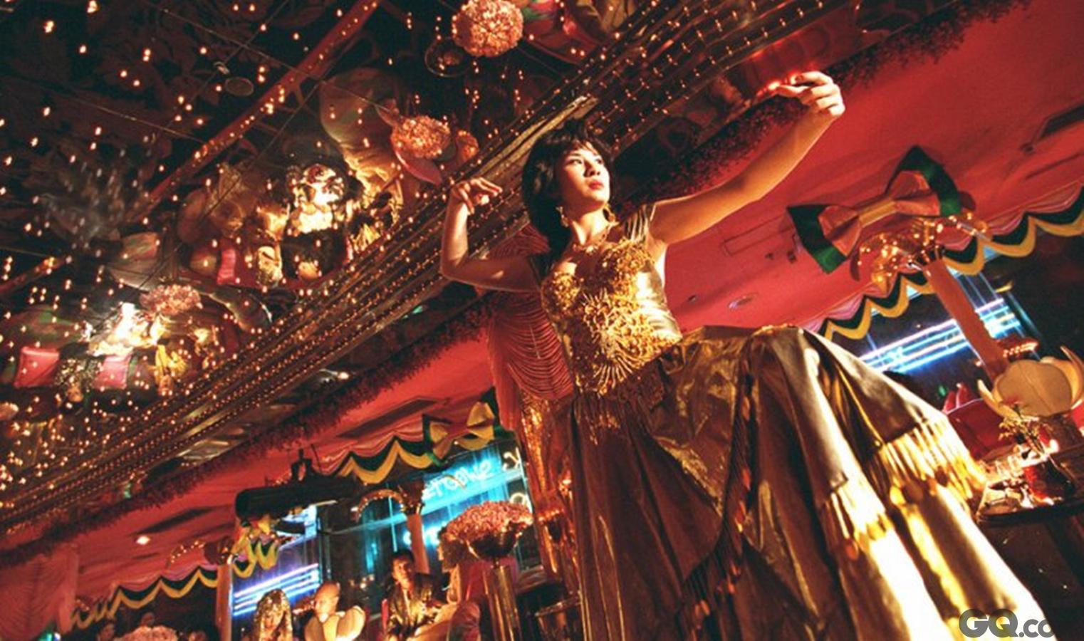 香港艺人吴君如今年凭借港产片《金鸡SSS》获得最佳女主角提名,该片最终获得最佳女配角奖。吴君如认为,香港喜剧曾经在各地拥有大量粉丝,也出品过不少高质量的喜剧。她近期执导和拍摄的香港电影喜剧取得不俗票房,这或许是香港电影的一个发展方向。