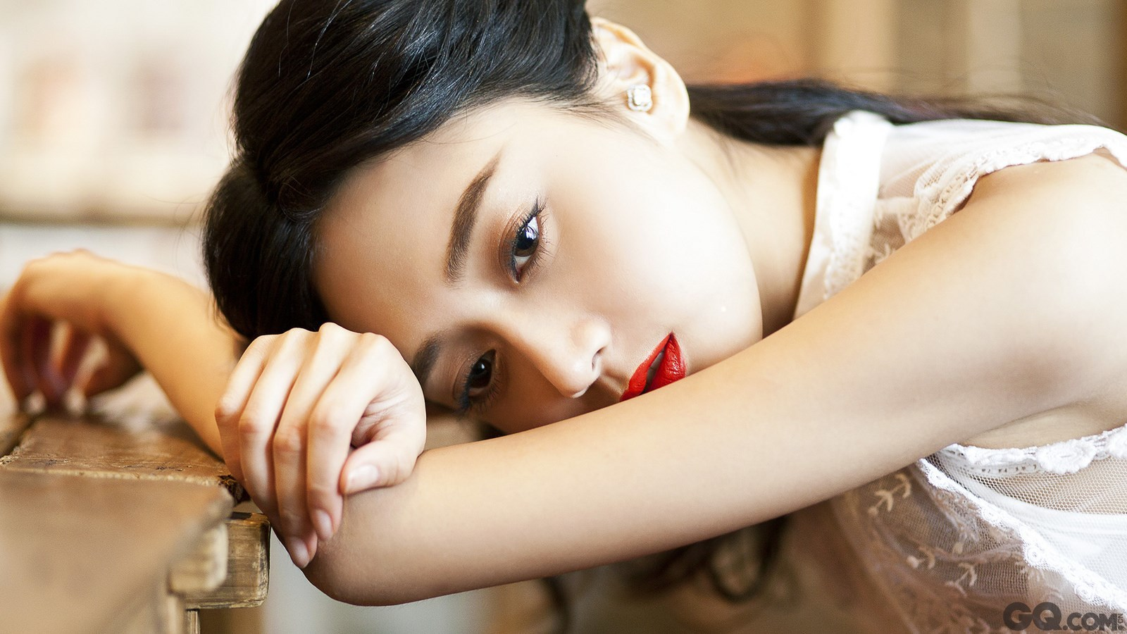 《一不小心爱上你》一开播,在剧中饰演蓝米粒的潘之琳就被细心的观众发现,她正是当年在由苏有朋、赵薇主演的《老房有喜》中饰演小海燕的小童星。当年的小童星如今正在北京电影学院表演系就读,虽说女大十八变,不过潘之琳天生的美人胚子还是让很多人一眼就认出。