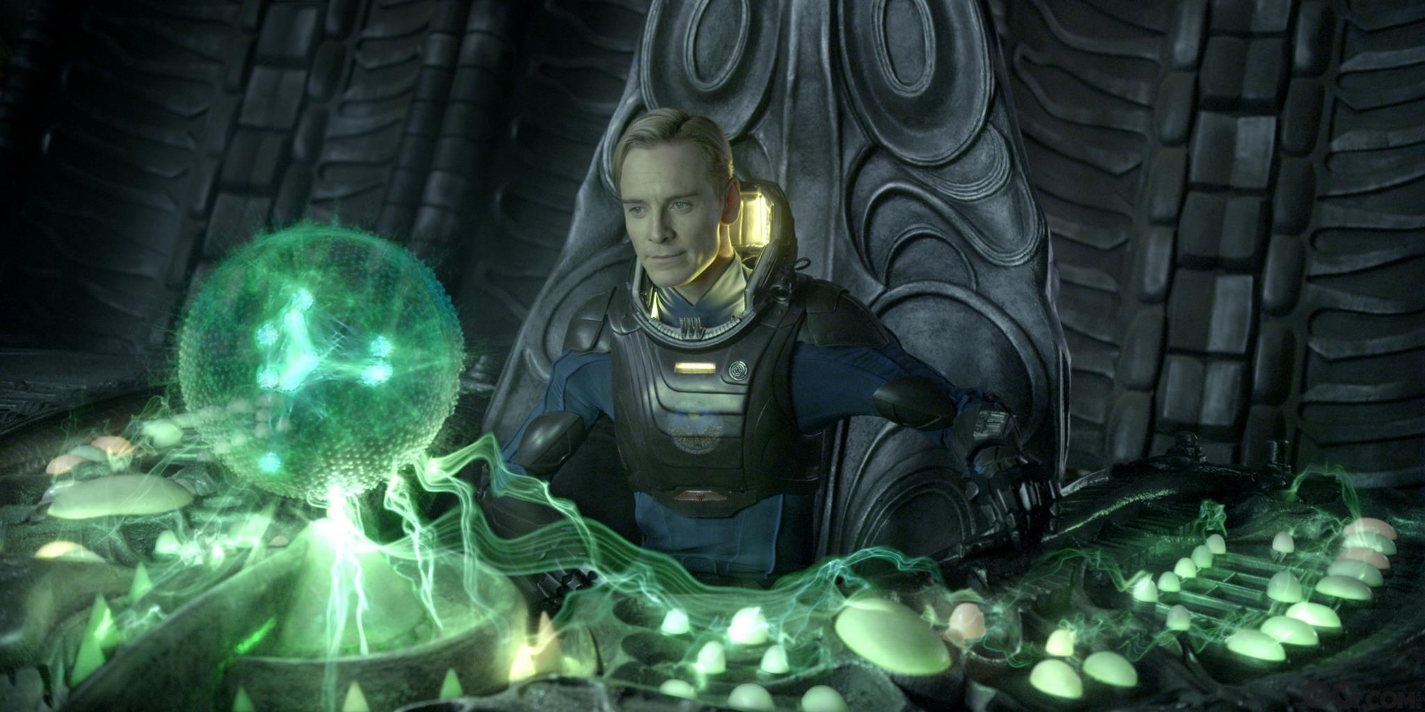 """坐拥高票房科幻大片系列之后,法斯宾德的选片套路愈发不按常理出牌。2012年,他三度加盟麦奎因导演的新片《为奴十二年》,出演一个凶残暴虐的奴隶主,逼人的目光和咆哮的嘴脸丝毫未见偶像包袱。在著名科幻导演雷德利·斯科特的《普罗米修斯》中,他变成一头金发的生化机器人,性感又危险。2014年,他更是选择了一个谜一般的角色:被视为怪胎的乐队领导人""""弗兰克"""",全程戴着大头娃娃头套示人。"""