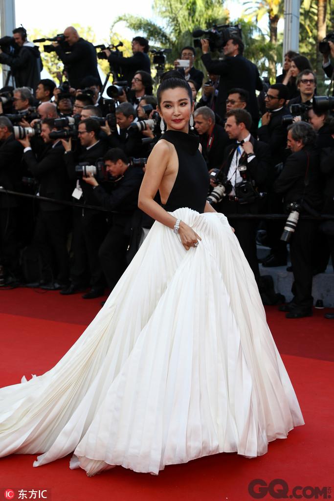 李冰冰现是华谊的一姐,广告片约不断,不过最最变化大的还属范冰冰,每年拍戏忙个不停。