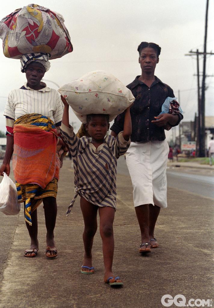 利比里亚是少数几个没有沦为欧洲殖民地的国家之一。但是,利比里亚却被从美国逃出的一些奴隶发现并发展成为了殖民地。这些人掌握了这个国家的大权并且建立了和美国紧密相连的政府。作为世界最穷的第三个国家,利比里亚的失业率高达85%。和他的邻居塞拉利昂一样,利比里亚也以血钻着称。