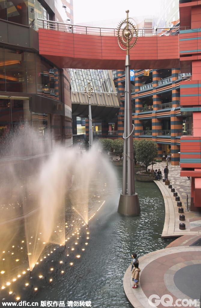 博多运河城位于福冈市博多区,以〝都市剧场〞为概念,結合商场、电影院、剧场、游乐场、酒店、展览场地及写字楼等,是个包含多样商业型态的複合設施。博多运河城周围有大片绿地,全长180米的运河由运河城中央流过,两侧的建筑也设计成如河流蜿蜒的姿态,此外还有喷泉表演,景观丰富。