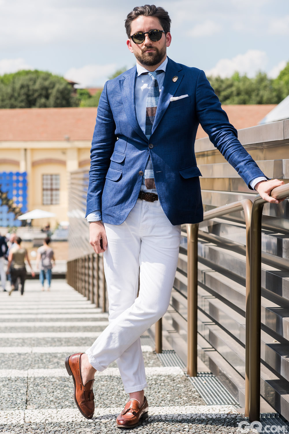 Nicholas Sunglasses: Barton Perreira Suit and shoes: Moritz Shirt, tie and pocket square: Kiton Watch: Rolex Pants: Acne  Inspiration: Comfortable but dressy! It's very difficult here. Linen jackets are the way to go in this weather. (舒适但考究,这一点非常难做到。亚麻夹克就是适应这样的天气)