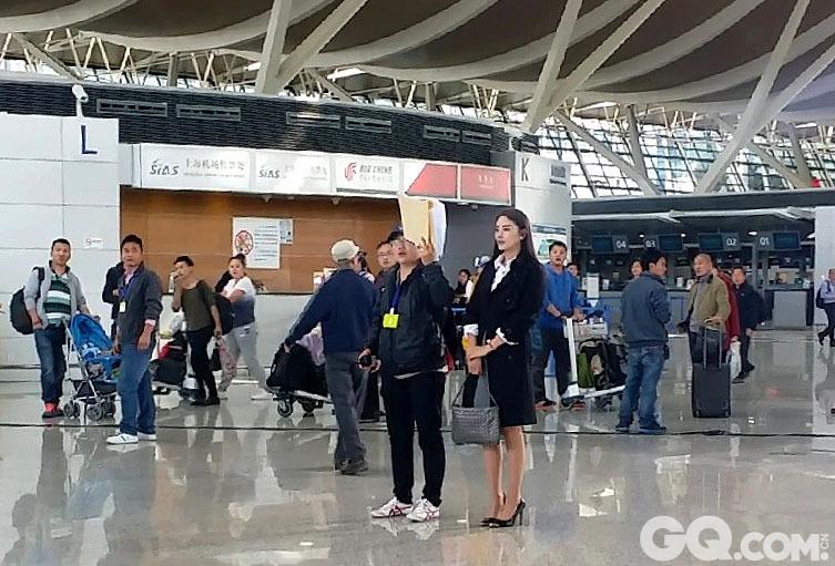 《情敌蜜月》剧组在韩国取景后,又飞到上海继续拍摄。2014年12月12日,霍建华与张雨绮现身浦东国际机场演对手戏,机场有众多乘客围观。