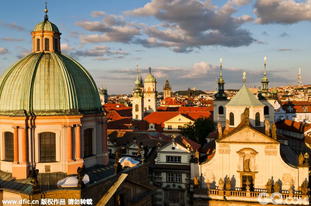 在布拉格老城区每一条大街小巷,几乎都可以找见13世纪以来的各种形式的建筑物。一些偏僻宁静的街巷迄今依然保持着中世纪的模样,街道用石块铺成,街灯是古老的煤气灯式,许多房屋带有宗教色彩的壁画。在美轮美奂的建筑中进行一场穿越之旅。