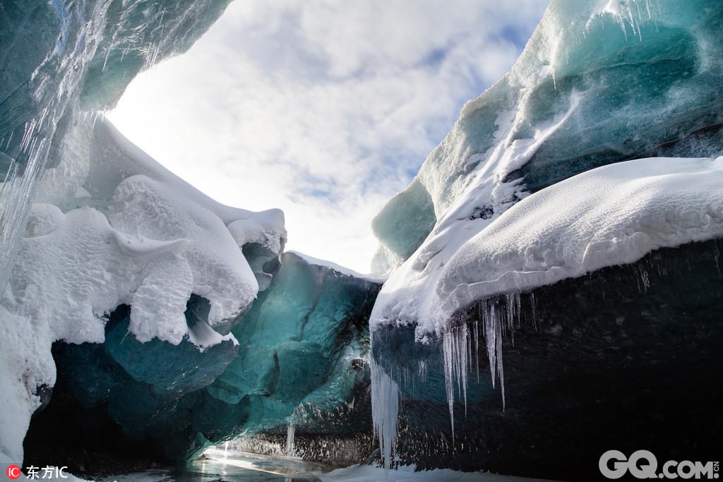 冰岛哈夫纳夫约杜尔摄影师哈夫纳夫约杜尔冒险前往Breidamerkurjokull冰川,拍下了该地壮观的冰洞奇景和来此探险的冒险家。在这组令人震撼的图中,幽湖水映衬光滑的冰川,形成深邃幽兰的色调,与冰冻上方的天空形成强烈对比,顺着蜿蜒崎岖的冰川仰望,积雪洁白无瑕,冰冻幽蓝深邃,加上阴影处的暗黑色,黑白蓝三色形成了一个神奇的纯净世界。