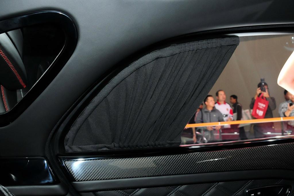 从命名就不难看出,宾利慕尚极致版的首发亮相,就是要将慕尚车型做到极致。于是,宾利为新车赋予了更多色彩选择、精细了内饰材料、提供专属铭牌以及综合提升动力系统,力求让这款新车达到极致。在2014广州车展上,宾利带来了慕尚极致版(慕尚Speed)车型,该车于巴黎车展首发,此次则是在国内的首次亮相。外观方面,慕尚极致版在优雅的同时融入了更多运动元素,新车采用了黑色的中网设计,底部保险杠格栅也采用了黑色,让这款车看上去力量感十足。新车采用21英寸新造型轮圈,根据不同消费者的需求有抛光、熏黑等等多种样式可以选择,此外新车还新增四种车身颜色可选,包括龙岩棕、糖果红、驼绒黄以及枪鱼蓝。内饰方面,新车延续了宾利一贯的风格,采用上深下浅的配色风格,细腻的菱形缝线的座椅和门板让新车显示了档次感。配置方面,新车的空气悬架系统还经过了升级,将提供更好的车身控制和转向性。动力方面是慕尚极致版的一个看点,新车搭载6.75升V8涡轮增压发动机,相比普通版车型有所升级,最大功率输出537马力/4200rpm,峰值扭矩1100N·m/1750rpm,官方公布的该车0-100km/h的加速时间为4.9秒,极速为305km/h。此外,这台发动机还拥有气缸钝化技术,能够根据需求只运行4个气缸。传动系统匹配的是来自于ZF的8速自动变速箱,其还拥有S挡提供更好的发动机响应。
