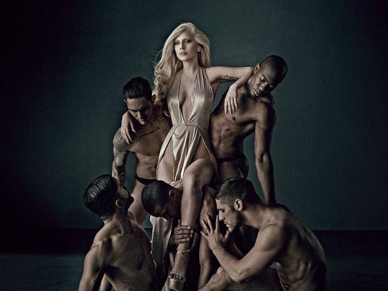 Lady Gaga凭借其个人香水FAME和Eau De Gaga成为首位仅以2支香水就突破五十亿销量的女艺人。最近的统计数据,FAME总销量为64,000,000支,而今年刚发布的Eau De Gaga总销量也有27,000,000支。这么傲人的成绩让人不得不佩服GA姐的影响力。 其实,不光是女星,有很多男星也都代言过香水,诸如好莱坞大腕布拉德·皮特、流行天王贾斯汀·汀布莱克等,销量也都很不错。这里头有男香,也有女香,不知道这些香水你是否都用过呢?