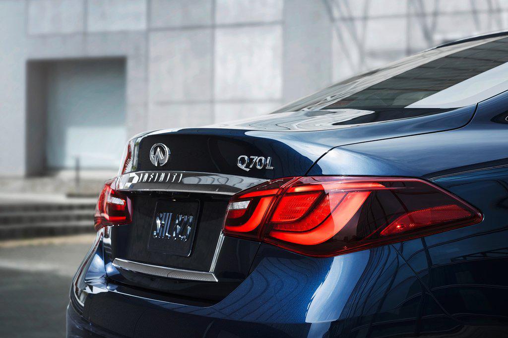 近日,英菲尼迪发布了Q70L官图,新车在外观方面进行了改动,采用了最新的设计语言,据悉该车将会在纽约车展中首发。外观方面,Q70L采用了英菲尼迪全新的设计语言,前进气格栅采用网状设计,而大灯与现款车型不同,并采用了LED灯源,而雾灯周围用镀铬装饰,同时还配备了LED日间行车灯。新车尾部。同样也采用了LED大灯,而镀铬装饰条和双边两出的排气管使整车更加运动。内饰方面,新款车型与老款车型基本上没有太大区别,依旧采用黑色皮革和木纹饰板搭配,配置方面,新车将配备制动辅助和碰撞预警等辅助系统。动力方面,新车搭载3.7L V6和5.6L V8两款发动机,其中3.7L V6发动机的最大功率为335马力,峰值扭矩366牛米,5.6L V8发动机的最大功率为426马力,峰值扭矩565牛米。除此之外,新车还将提供搭载混动系统的车型,该系统由3.5L V6发动机和电动机组成。