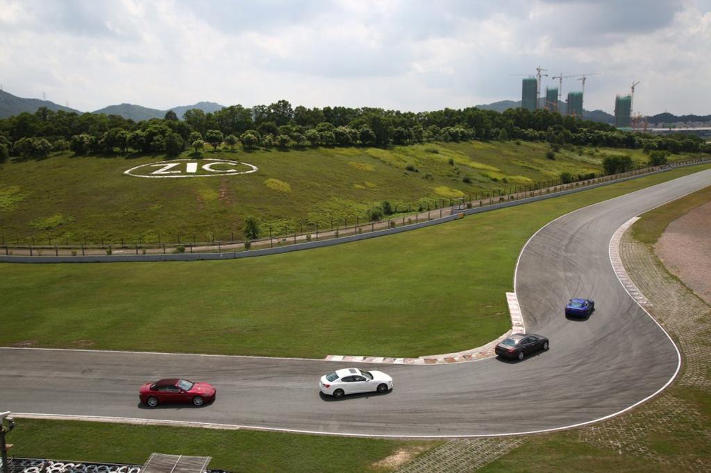 今年的赛道试驾活动设计了众多挑战环节,如利用赛道不同路段的特点设置专项挑战,考验来宾如何运用驾驶技巧发挥玛莎拉蒂汽车性能,以体验GranTurismo跑车的澎湃动力、Ghibli的动感操控、Quattroporte V6总裁轿车的高速过弯表现,以及Quattroporte V8总裁轿车的极限操控,充分展现玛莎拉蒂车型在不同路况下的杰出操控性和安全性。Quattroporte S Q4和Ghibli S Q4首次同时亮相珠海赛道,为嘉宾呈现全轮驱动车型更杰出的安全性和更全面的性能。分段挑战环节之后,完整的赛道体验紧随其后,来宾们更可领略各款车型的杰出操控性能和无限驾趣。