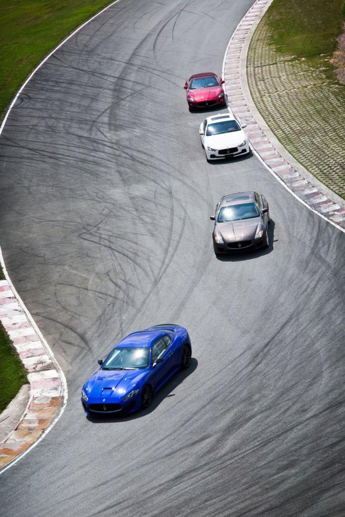 """所有嘉宾均被分为三组,并以为玛莎拉蒂带来无数荣耀的历史经典车型命名:""""Tipo""""代表第一辆冠有玛莎拉蒂名字的汽车,""""Birdcage""""是赛车历史上的经典之作,以及20世纪60年代初意大利豪华旅行跑车的完美典范""""Sebring""""。活动现场特设的玛莎拉蒂百年历史墙精彩呈现品牌历史中永久铭刻的伟大人物和重大事件印记,全方位感知玛莎拉蒂叱咤风云征战赛道的辉煌历史。"""