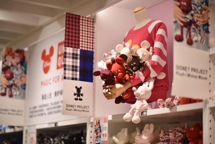 迎接消费者开始MAGIC FOR ALL之旅的是位于概念店主入口的MICKEY 100主题区,一个1.8米高的米奇模型雕像和由百位迪士尼设计师设计出的100个风格各异的米奇雕像,新奇别致的创意将为消费者带来天马行空般的奇妙乐趣。而UNIQLO[优衣库]在这些有趣的MICKEY 100雕像中精选15款设计做成限量UT供喜欢的粉丝选购。