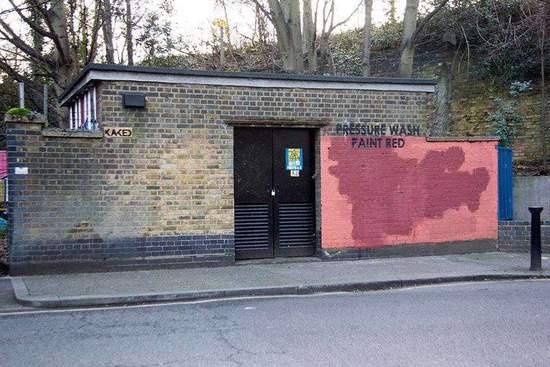 """Mobstr接着回礼,他在砖墙写上了""""水洗"""",在红墙的位置上写上了""""红漆""""。"""