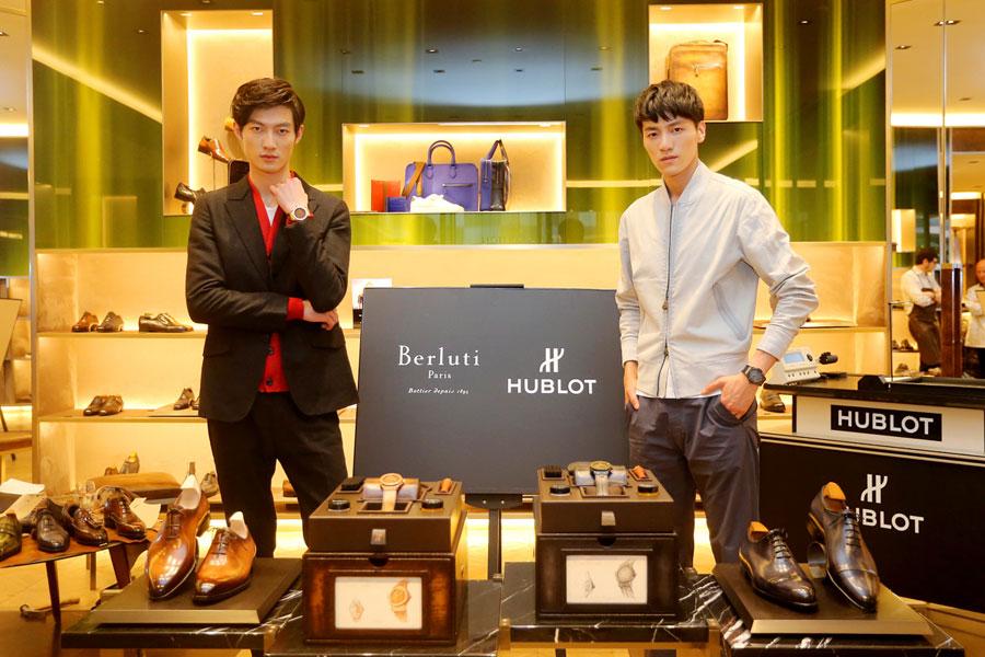 """宇舶表与百年鞋履世家Berluti的此番合作是宇舶表在传承经典,勇于挑战,探索独特制表材质的又一次艺术之旅,倾力打造优雅十足的灵魂腕表。虽承载着各自不同的品牌故事,经典创新与精湛技艺同时是宇舶表和Berluti品牌特色中不可缺少的部分。自1895年以来,Berluti始终坚持为高品位男士提供高档鞋履服务。作为Berluti的灵魂人物,奥尔加·伯鲁提(Olga Berluti)承继了渊博的制鞋知识和传统,其创新技艺为Berluti尊贵的Venezia皮革带来了难以复制的考究色调,并带来了具有生命力的鞋履艺术品。而宇舶表则从未停止追求高端生活方式的脚步,为它的表盘和表带""""穿上""""了Venezia这种高贵天然的材质,将复杂精妙的工艺融合进皮革的有机物中,创造性地打造了皮革表盘,将材质艺术流转于腕间。"""